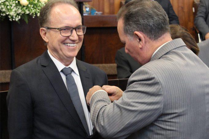 Dr. Francisco Agostinho recebendo medalha cívico