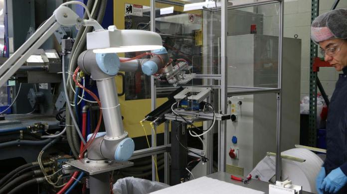 UR5 from Universal Robots works in tandem with a Cartesian robot at Dynamic Group