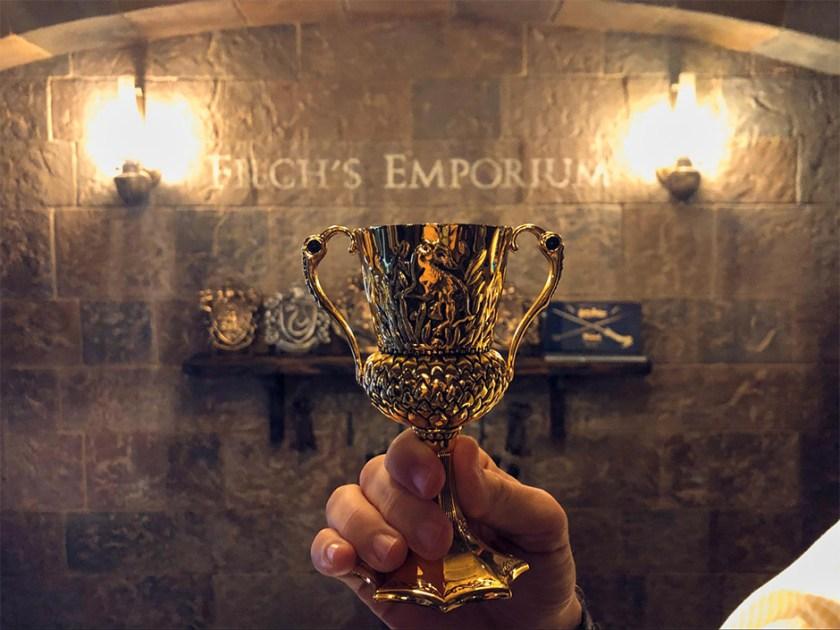 Copa Hufflepuff en el emporio de bienes confiscados de Filch