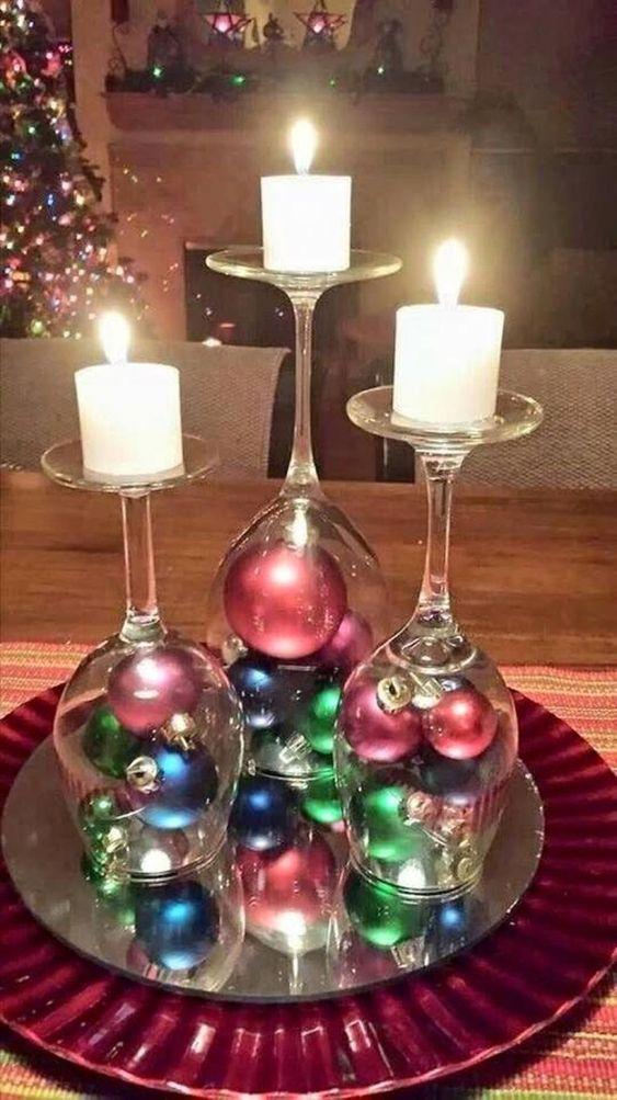 castiçal improvisado com taças e bolinhas natalinas