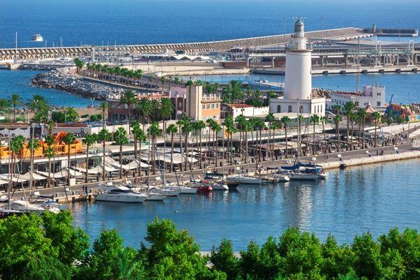 Farola y puerto de Málaga