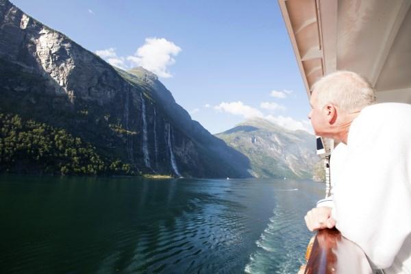 Crucerista senior viendo el paisaje