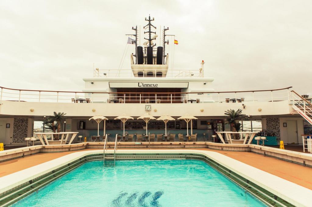 Imagen piscina barco Horizon de pullmantur