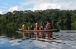 Passeio em família de canoa na AmazôniaPasseio em família de canoa na AmazôniaPasseio em família de canoa na Amazônia