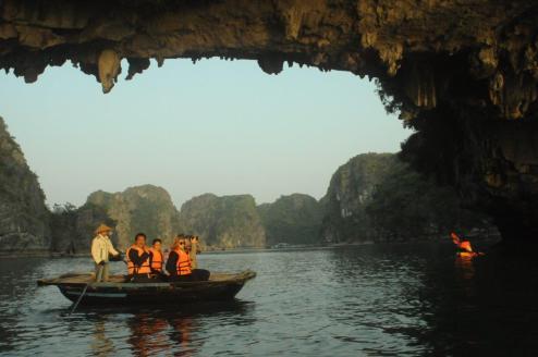 Entardecer na Baía de Halong, Vietnã.