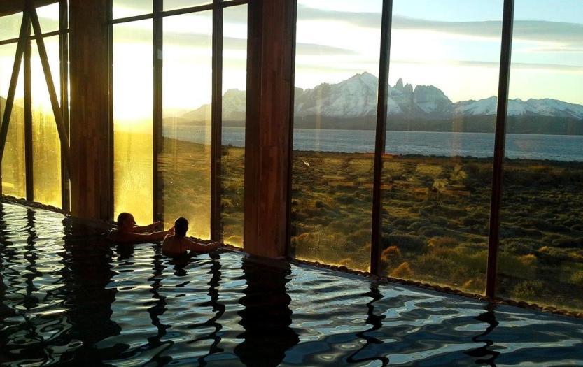 Banho com vista para o Torres del Paine na piscina aquecida no Tierrapatagônia