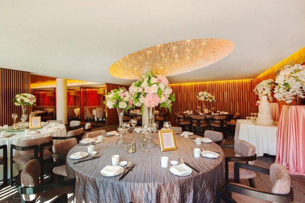 cantonese chinese restaurant with round table