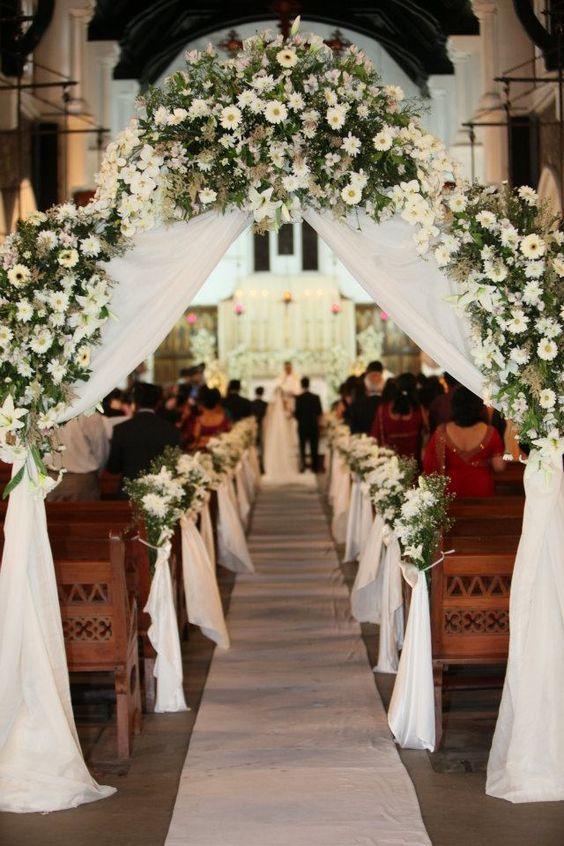 Perfect-wedding-flower-venuerific-blog-the-plain-jane-daisy-flower-arch