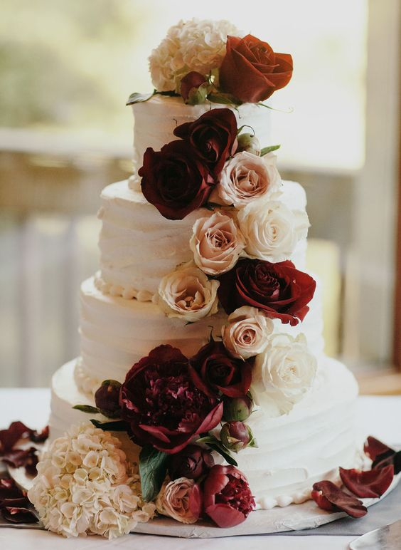 Perfect-wedding-flower-venuerific-blog-queen-of-hearts-roses-cake-with-roses