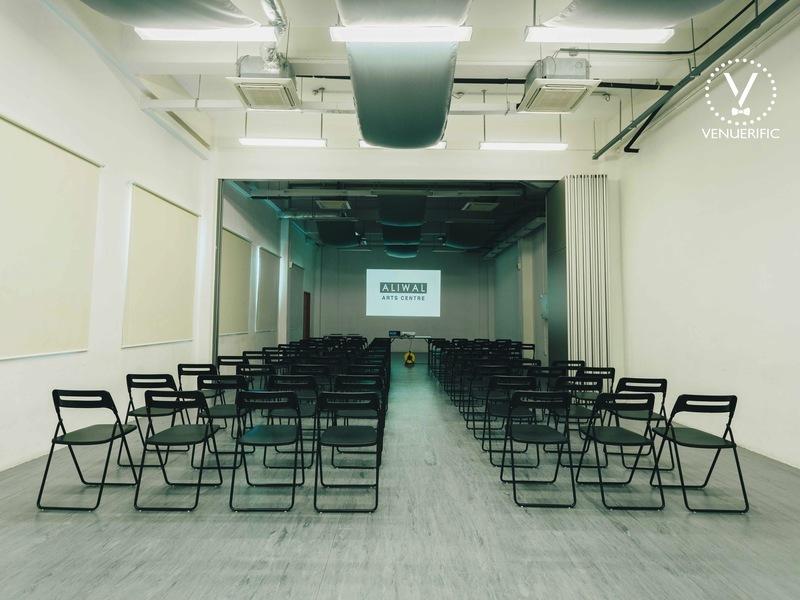 versatile room with seminar setting