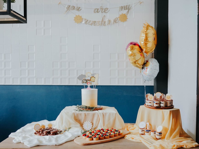simple birthday table decoration with cake and balloon