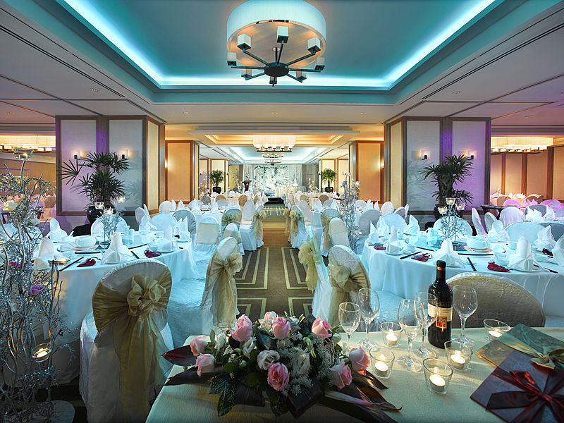 Singapore Ballroom tables and chairs and candles and floral decoration