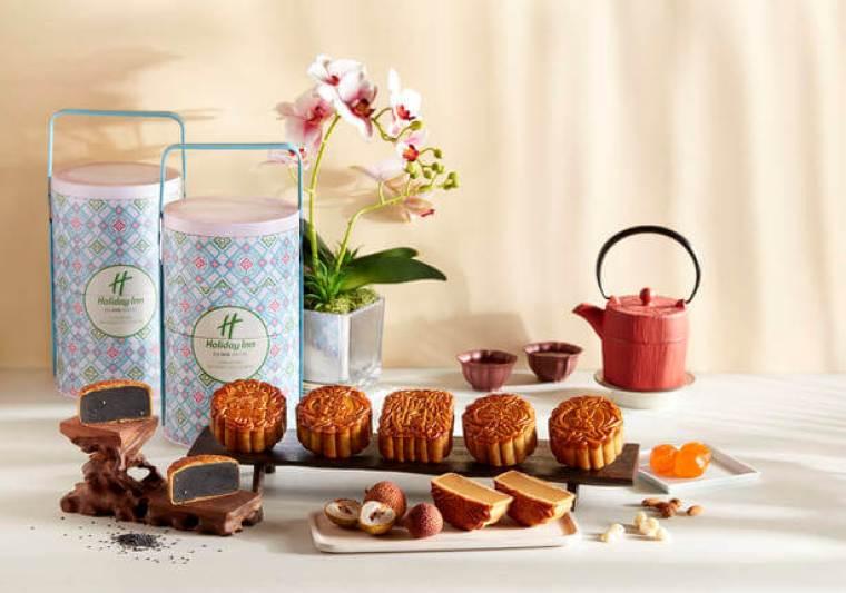 traditional mooncake with tea set
