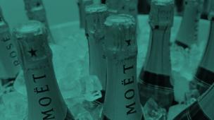 Brinde com mini garrafas de vinho ou espumante