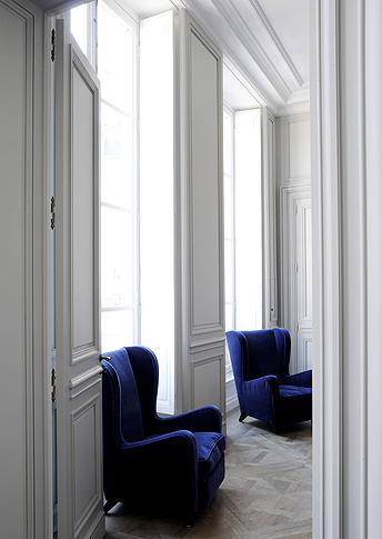 Deep bleu velvet fauteuil's in a Paris appartment, designed by Joseph Dirand