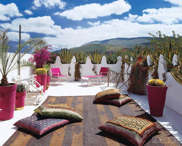 Roofterrace of the Moroccan holiday home of swimsuit designer Liza Bruce - via Elle Decor and CocoCozy