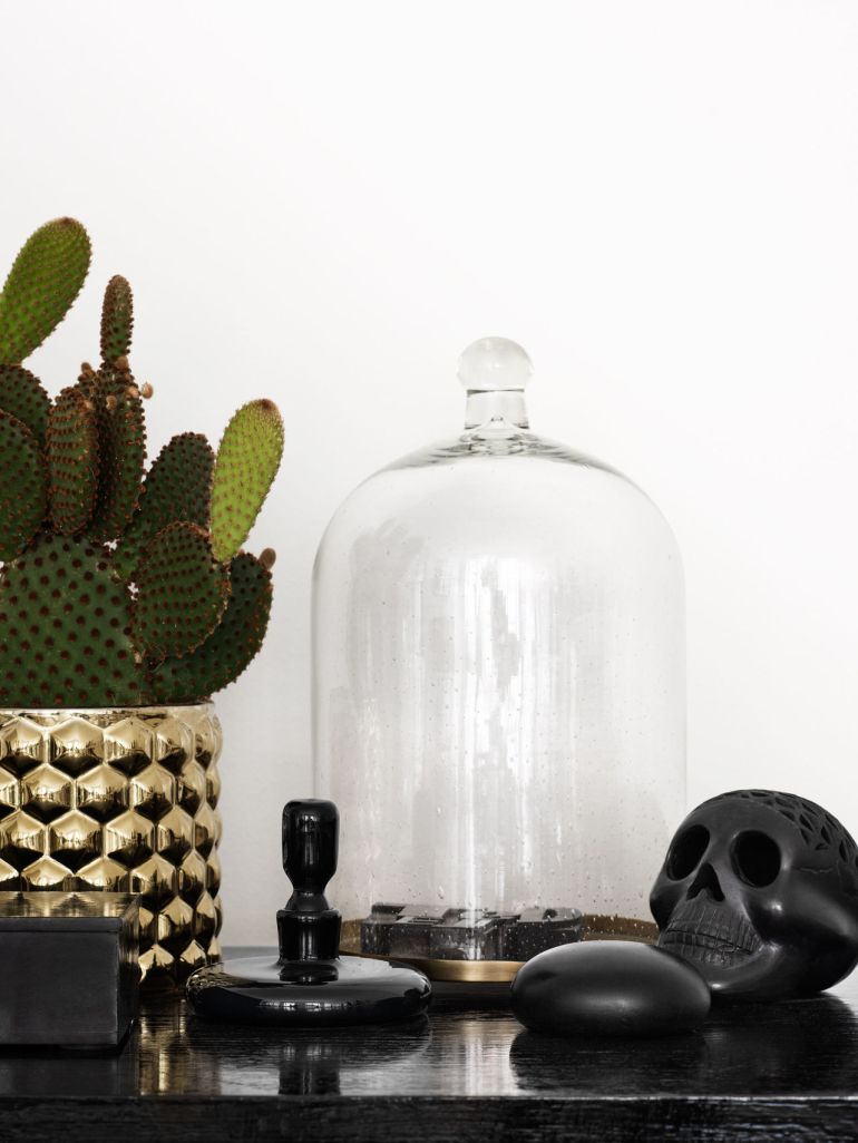 What a cool vignette, this brass pot with interesting pattern, filled with a trendy succulent, the skull figurine etc in the home of Evelina Kravaev Söderberg, head of Home Design at Hennes and Mauritz