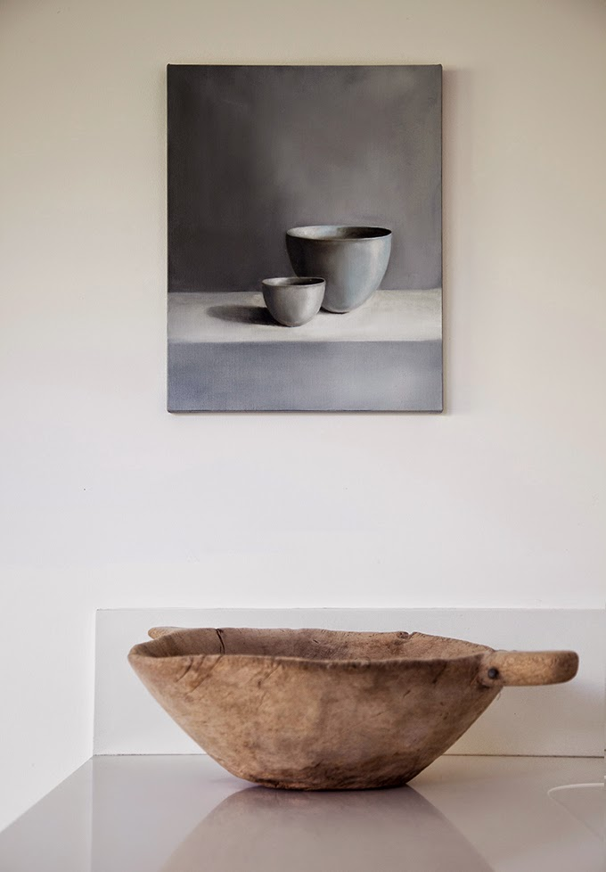 A rough and rustic wooden bowl in this otherwise clean and minimal interior, nice contrast - via Stil Inspiration