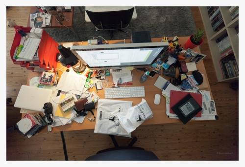 A messy desk door Bruno Bollaert