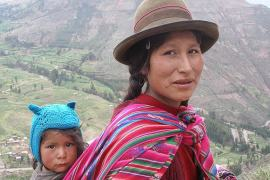 Quechuawomanandchild min Why you should volunteer in Peru