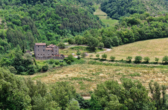 beautiful-country-house-view-in-valley-in-tuscany-italy-dp