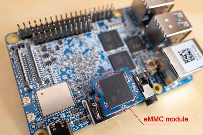 Slot pro eMMC module najdete vedle konektoru HDMI