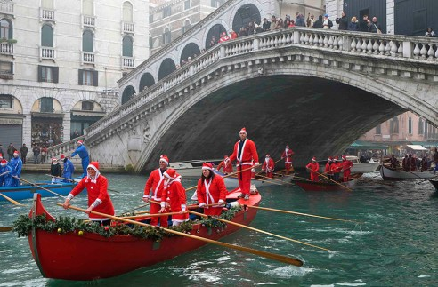 Babbo Natale Regatta in Venice