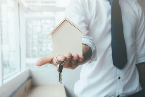 agente inmobiliario exitoso logra vender más casas con presentación del inmueble