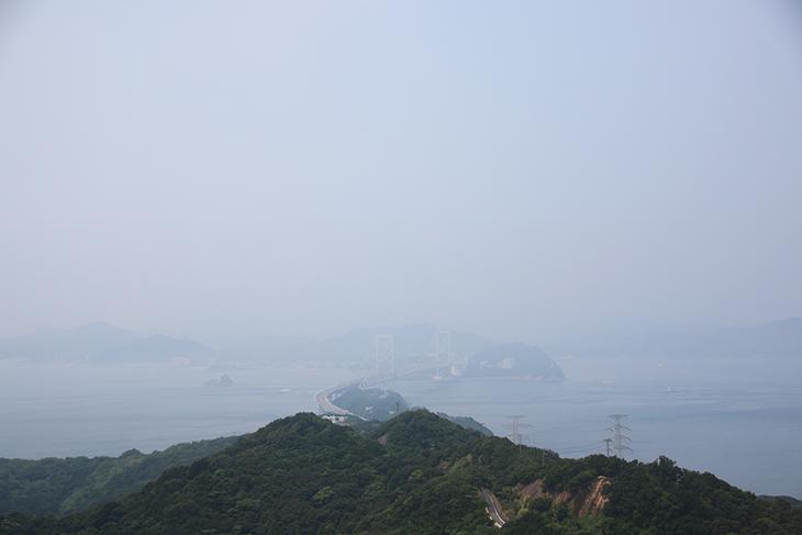 微妙な天気でしたが肉眼では十分鳴門大橋が見えます