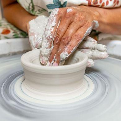 Faire de la poterie avec un tour de potier