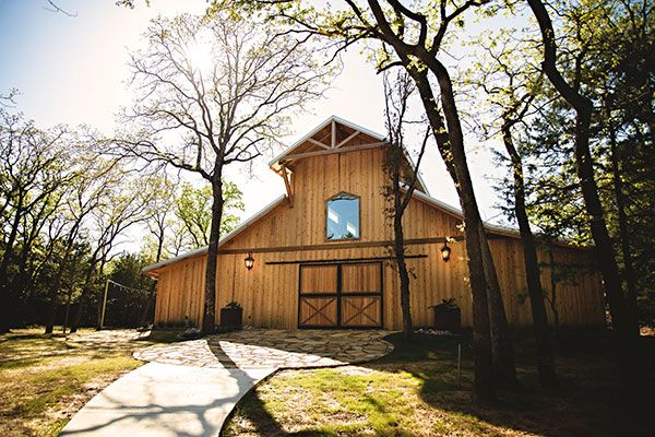 Image of the outside of the Whispering Oaks Dallas classical barn styled Wedding Venue