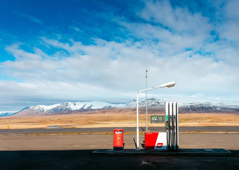 Une station d'essence au pied de la montagne