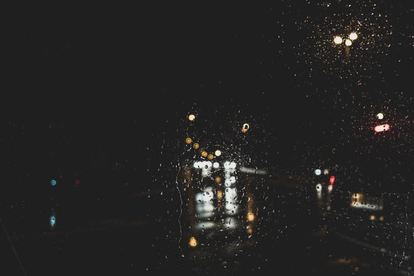 Diffraction de la pluie sur le pare-brise d'une voiture