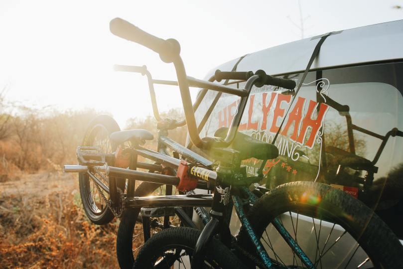 vélos sur un haillon de voiture