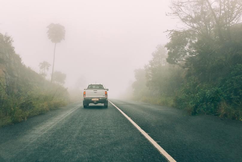 Route dans le brouillard