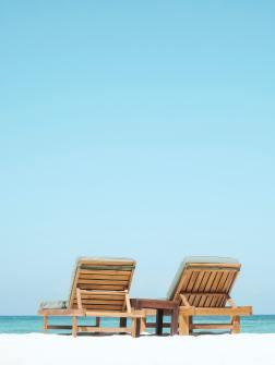 chaises longues en vacances