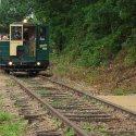 Der Wernesgrüner Schienen-Express kurz vor dem Haltepunkt Leisnitz.