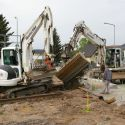 In die ausgehobene Grube wird für das Fundament Beton eingefüllt.