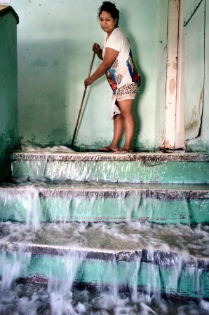 Resident Jhenny Rodriguez cleans the stairwells in Prestas Maia. (c) Gustavo Basso/WITNESS