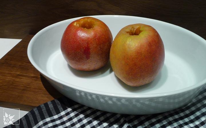 Äpfel in feuerfester Form