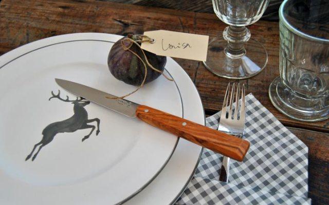 Tisch mit Gmundner Keramik, Opinel Messer und Serviettentasche