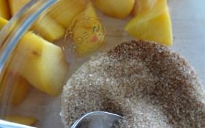 Zucker und Zimt mischen im Weckglas