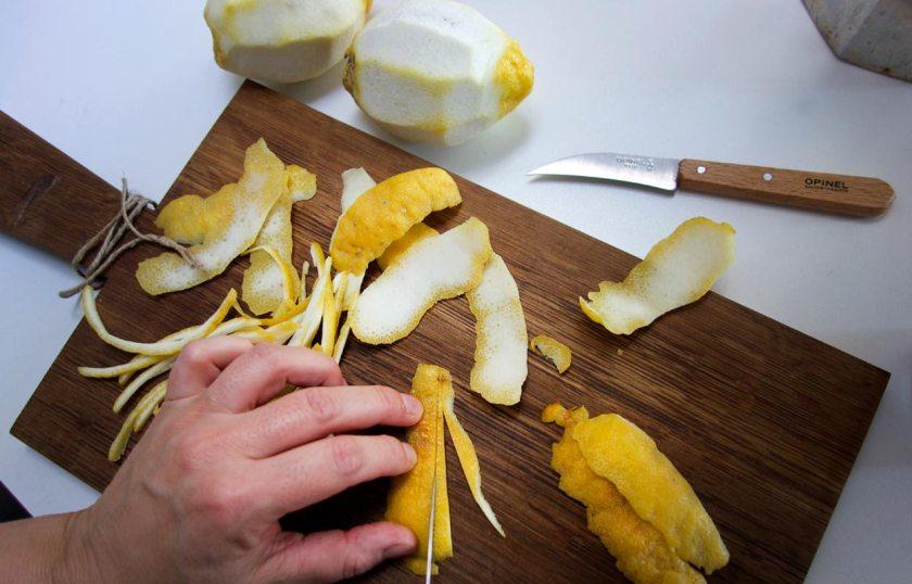Zitronenschalen in Streifen schneiden