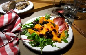 Salat aus Muskatkürbis mit Kürbiskernen und Tiroler Speck