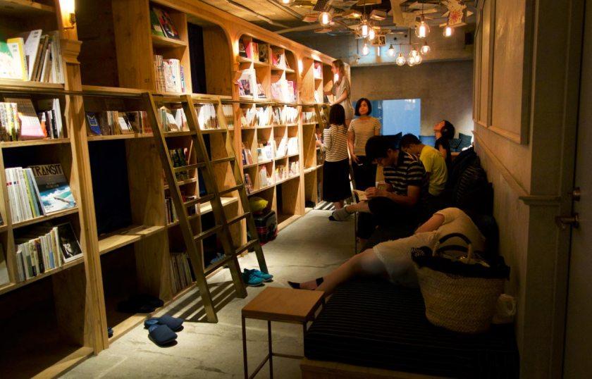 Book and Bed Tokyo Bücherregal