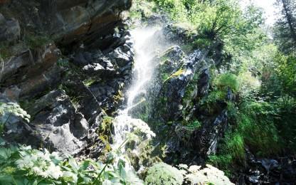 Kleiner Wasserfall am Weg