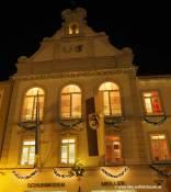 Die Fenster des Rathauses als Adventskalender