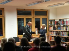 Die Leiterin der Stadtbücherei bedankt sich bei Josef Wilfling