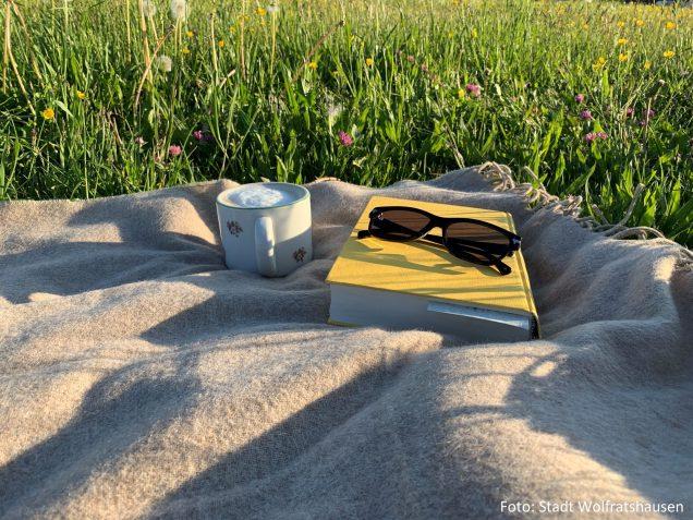 Ein leckerer Kaffee, ein spannendes Buch und eine bunte, saftige Blumenwiese - Fertig ist der Lieblingsplatz!