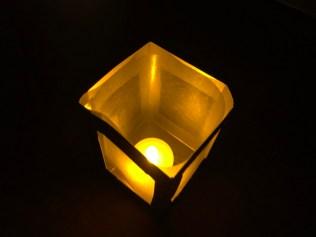 LED-Teelicht an und fertig ist eure Laterne!